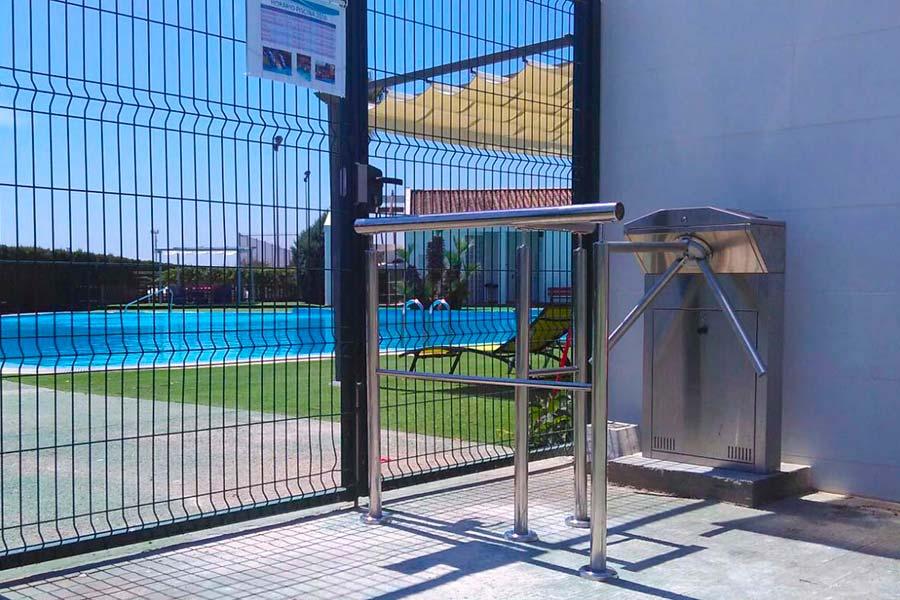 Consulta nuestras soluciones de control de accesos para piscinas y entornos deportivos en comunidades con gestión remota.